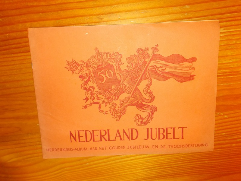 RED.- - Nederland jubelt. Herdenkingsalbum van het gouden jubileum en de troonsbestijging.