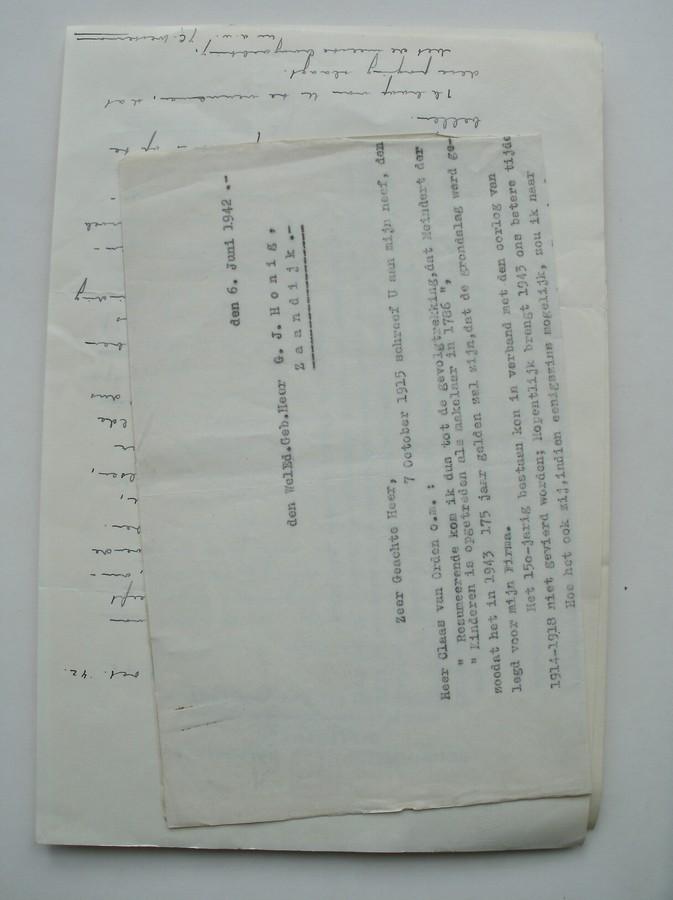 (GENEALOGIE, ZAANSTREEK). - (van Orden family). Map met ca. 60 pp. getypte correspondentie en manuscript met en over genealogisch onderzoek naar de firma en familie van Orden.